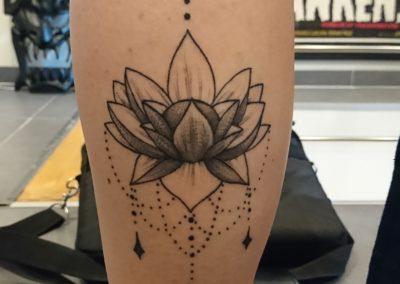 Tatouage fleur de lotus ornemental fait par Kevin