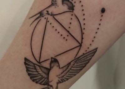 Tatouage hirondelle graphique fait par Kevin