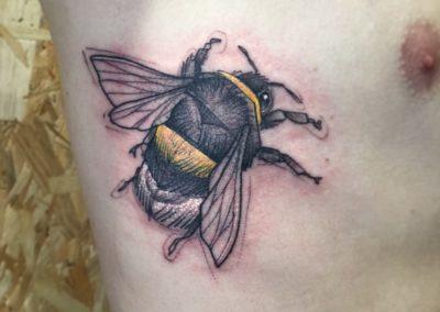 Tattoo Abeille Graphique fait par notre Tatoueur Sacha